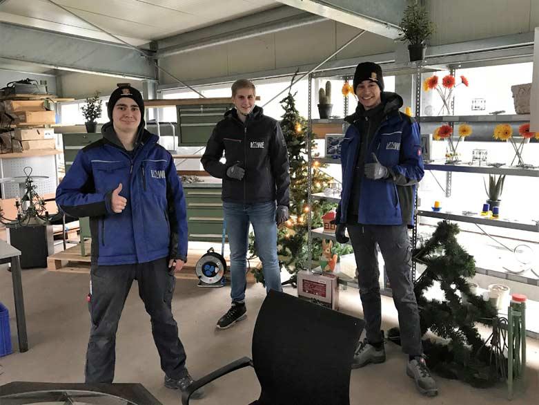 LÖWE Auszubildende Eren, Torben und Jordan beim Aufbau der Flohmarktware