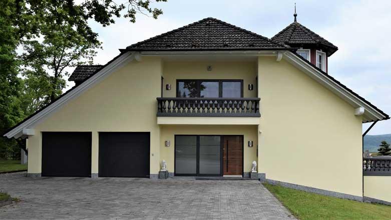 Referenzhaus mit neuer Haustür, Fenstern und Garagentoren